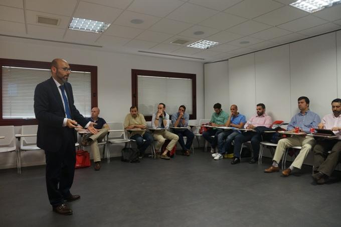 Antonio Miralles de Teknia hablando para los alumnos